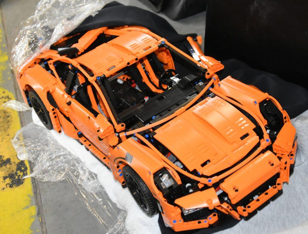 Tällainen Lego-Porsche löytyi epäiltyjen hallusta.